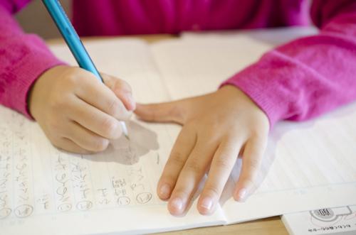 漢字を書く女の子
