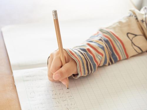 ひらがなを書く子供