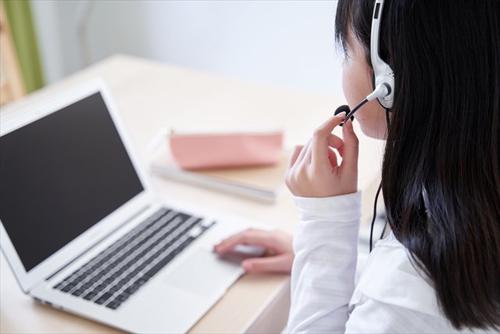 オンライン授業を受ける女の子